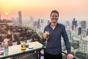 Sonnenuntergang von Skybar in Bangkok mit Person im Vordergrund