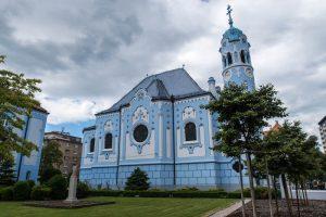 Außenansicht der blauen Kirche