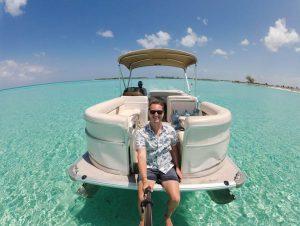 Selfie auf Boot im flachen Wasser der Bahamas
