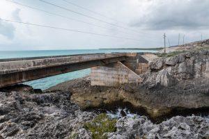 Die Brücke über die Felsen auf Eleuthera Island, Bahamas