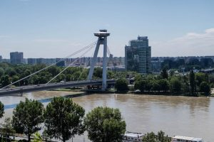 Blick auf Donau mit Brücke und Ufo