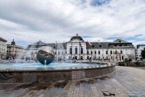 Springbrunnen und Palast