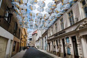 Straße mit Regenschirmen oben