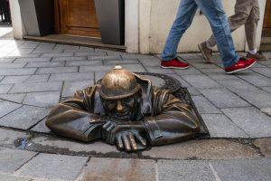 Bronze Statue am Boden