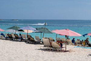 Cabbage Strand auf Paradise Island mit Menschen