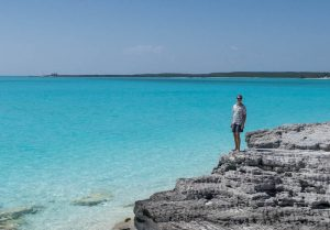 Blick auf Felsenküste und blaues Meer auf den Bahamas