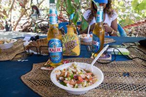 Conch Salat und Bier auf Tisch