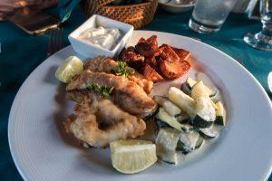Teller mit Essen im Stella Maris Resort