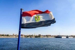 Flagge von Ägypten vor Wasser