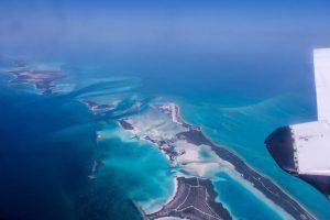 Aussicht auf die Insel der Bahamas vom Flugzeug