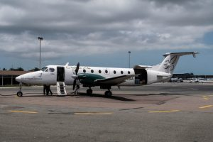 Kleines Flugzeug am Flughafen der Bahamas
