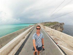 Selfie auf Brücke mit Meer Rechts und links