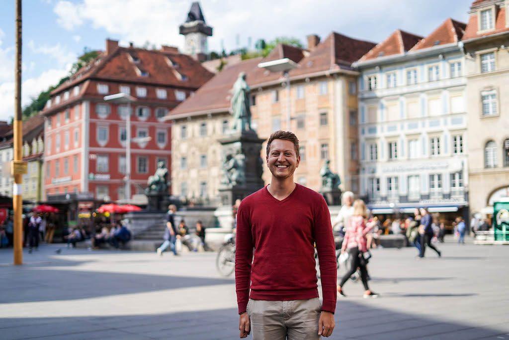 Ich vor den Häusern der Altstadt