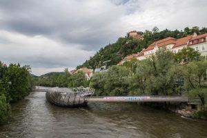 Die Murinsel im Fluss ist eine der Graz Sehenswürdigkeiten