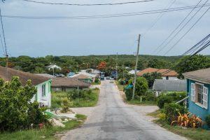 Straßen mit Häusern auf den Bahamas