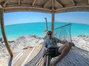 Selfie in Hängematte vor blauem Meer