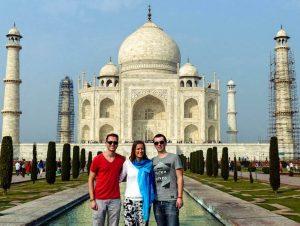 Personen vor dem Taj Mahal Indien