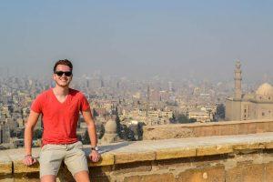 Person links mit Blick auf Kairo im Hintergrund