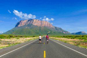 Straße und Berg in Kenia