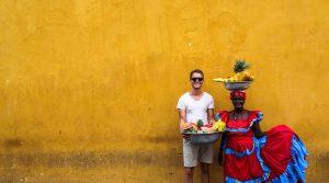 Orangene Wand mit zwei Personen
