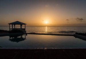 Sonnenaufgang mit Blick auf Meer und Pool