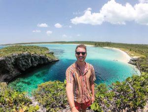Selfie vor dem Blue Hole mit Aussicht auf das Wasser