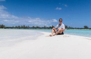 Sitzend auf Sandbank in Long Island Bahamas