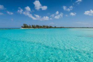 Meer mit türkisem Wasser und Insel im Hintergrund