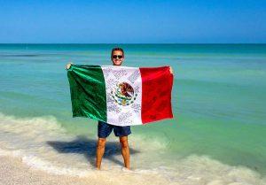 Mit Mexiko Flagge am Strand