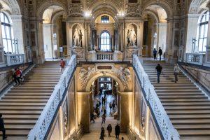 Im Treppenhaus vom Kunsthistorischen Museum Wien
