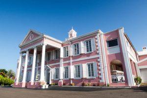 Das Government House von außen als eine der Nassau Sehenswürdigkeiten