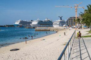 Blick auf Strand und Kreuzfahrtschiffe in Nassau Bahamas