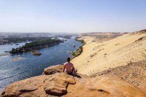 Blick auf Sanddünen und Nil bei Aswan