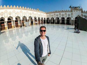 Lange Kleidung für die Ägypten Packliste um die Moscheen zu besichtigen, Selfie in weißer Moschee