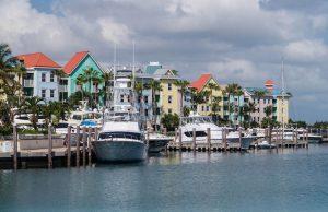 Hafen in Paradise Island mit bunten Häusern und Yachten