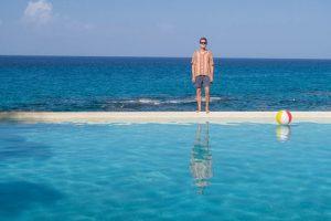 Pool und Meer im Hintergrund, ich stehe am Rand