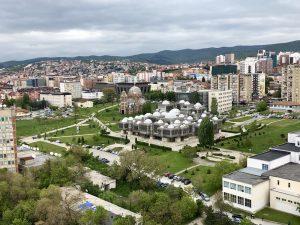 Blick auf die Stadt Pristina beim Roadtrip durch den Balkan