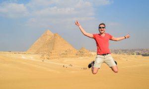 Sprung vor den Pyramiden in Ägypten