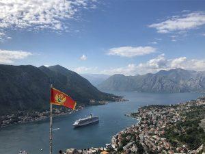Ausblick auf Kotor mir Stadt, Fjorden und Bergen im Balkan
