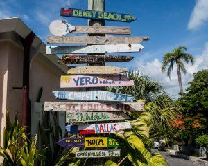 Buntes Straßenschild auf Harbour Island