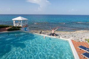 Blick auf Pool mit Meer im Hintergrund