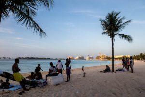 Einheimische am Strand in Nassau New Providence