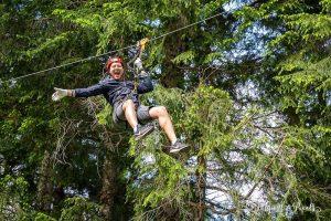 Ziplinen mit Bäumen im Hintergrund im Breg Adventure Park