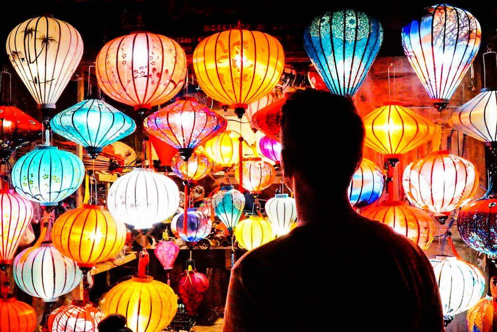 Bunte Laternen bei Nacht in Vietnam