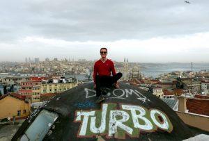 Ich auf Hausdach mit Blick auf Istanbul, Türkei