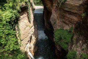 Der Schluchtenwasserfall in Ponte Alto mit den Steilen Felswänden
