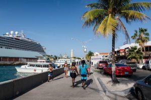 Straße am Hafen von Nassau mit Menschen und Kreuzfahrtschiffen