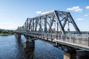 Alexandra Brücke über den Fluss