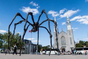 Große Spinne vor Kathedrale