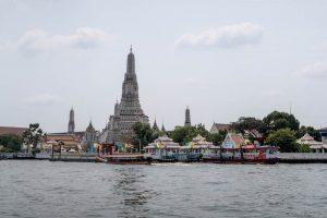 Fluss und Tempel in Bangkok vor der Fahrt nach Siem Reap